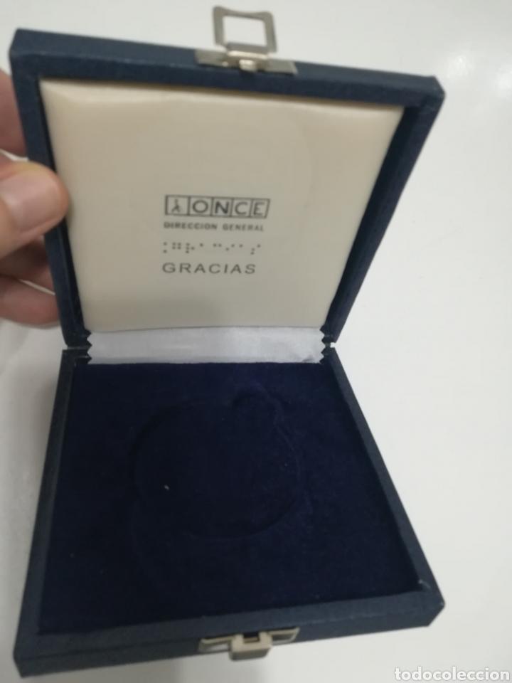 Trofeos y medallas: Medalla conmemorativa de los 25 AÑOS DE LA ONCE en su Estuche Original. - Foto 4 - 177075053
