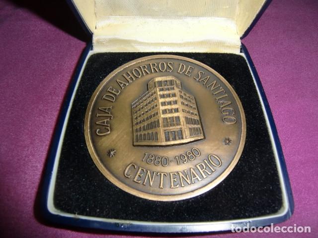 MEDALLA CONMEMORATIVA CENTENARIO CAJA DE AHORROS DE SANTIAGO. 1880 - 1980. (Numismática - Medallería - Trofeos y Conmemorativas)