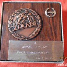 Trofeos y medallas: MEDALLA 55 MM. DERBI CAMPEONA DEL MUNDO. CON PEANA Y CAJA. A MUTUAL CYCLOS CON EL ................... Lote 179324503