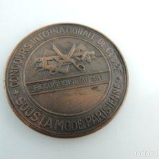 Trofeos y medallas: MEDALLA DE METAL CONCOURS INTERNATIONALE DE COUPE. SOUS LA MODE PARISIENNE. MÉTHODE PARISIEN MARTÍ. Lote 181960427