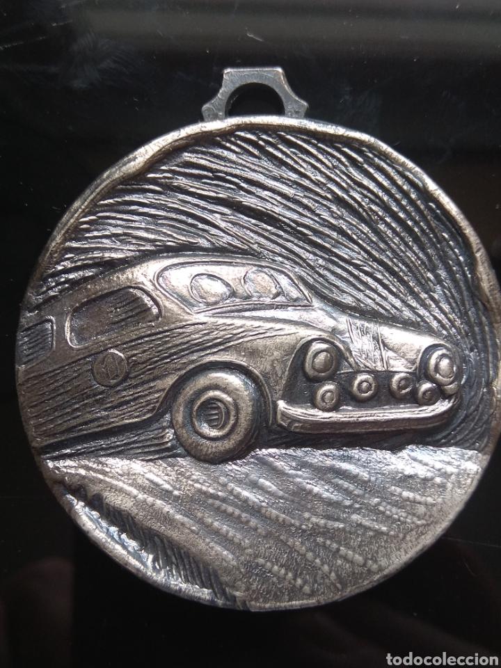 BONITA MEDALLA CON RELIEVES DE CARRERA AUTOMÓVILES RALLYE. (Numismática - Medallería - Trofeos y Conmemorativas)