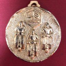 Trofeos y medallas: MEDALLA CONMEMORATIVA DE VESPA. BODAS DE PLATA DE VINCULACIÓN AL CLUB DE BARCELONA. Lote 192264058