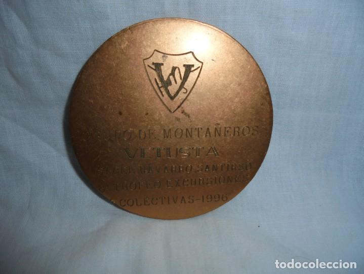 Trofeos y medallas: MEDALLA GRUPO DE MONTAÑEROS VETUSTA 8º TROFEO EXCURSIONES COLECTIVAS 1996 - Foto 3 - 194233886
