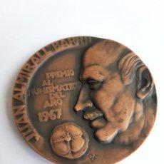 Trofeos y medallas: MEDALLA PREMIO AL NUMISMATICO DEL AÑO 1967. JUAN ALMIRALL BARRIL-. Lote 194510046