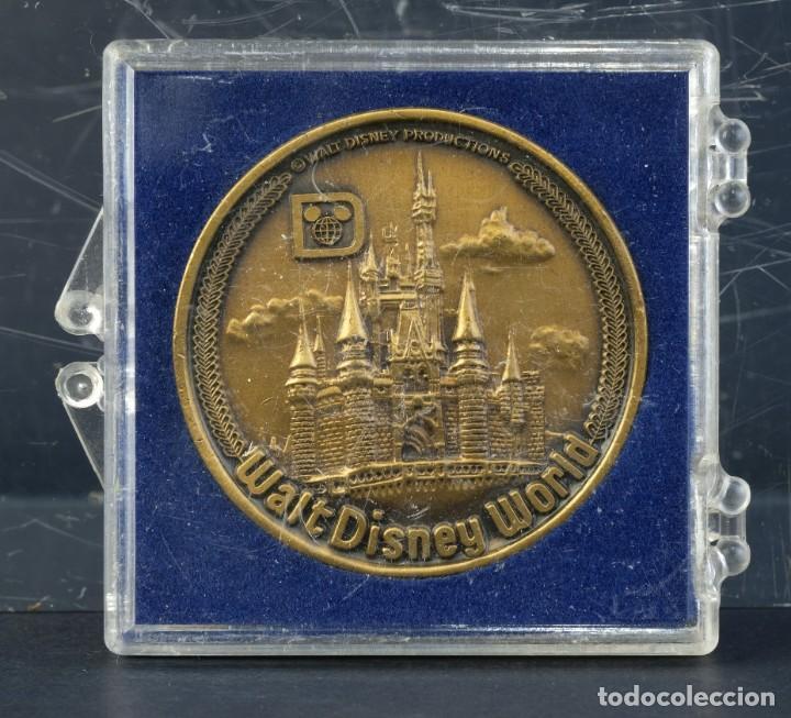MEDALLA WALT DISNEY WORLD. SOUVENIR - 38 MM (Numismática - Medallería - Trofeos y Conmemorativas)