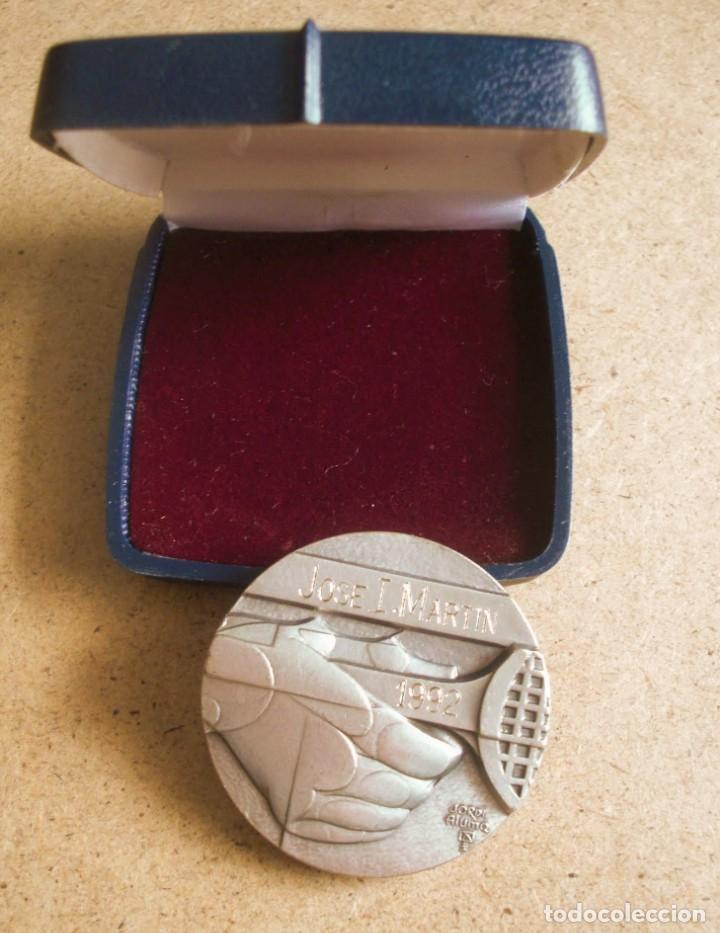 JORDI ALUMA MEDALLA DE BRONCE PLATEADO CLUB TENIS BARCINO BARCELONA 1992 (Numismática - Medallería - Trofeos y Conmemorativas)