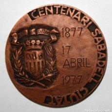 Trofeos y medallas: MEDALLA CONMEMORATIVA DEL CENTENARIO DE SABADELL CIUDAD (1877-1977) REALIZADA EN BRONCE. Lote 197643643
