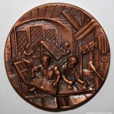 Trofeos y medallas: MEDALLA CONMEMORATIVA DE V CENTENARIO DEL PRIMER LIBRO IMPRESO EN CATALÁN. FIRMADO PUJOL . Lote 197644735