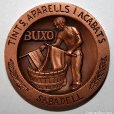 Trofeos y medallas: MEDALLA EN BRONCE DEL 125 ANIVERSARIO DE LA FUNDACIÓN DE FABRICA BUXÓ (SABADELL). FIRMADO MASVIDAL. Lote 197646222