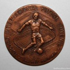 Trofeos y medallas: MEDALLA CONMEMORATIVA DEL TORNEO INT. FUTBOL JUV. (ING, IRL, BEL) SABADELL, MAYO 1972. FIRMADO PUJOL. Lote 198082090