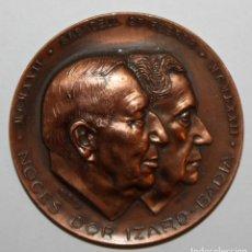 Trofeos y medallas: MEDALLA CONMEMORATIVA A LES NOCES D'OR (1922-1972) IZARD-BADIA. SABADELL. FIRMADO PUJOL. Lote 198083481