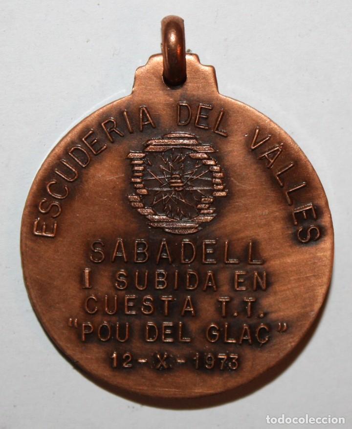 Trofeos y medallas: MEDALLA EN COBRE ESCUDERIA DEL VALLES. SABADELL. I SUBIDA EN CUESTA T.T. POU DE GLAÇ (OCTUBRE 1973) - Foto 2 - 198114835