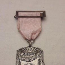 Trofeos y medallas: ANTIGUA MEDALLA APLICACIÓN TRABAJO VACACIONES AÑO 1968. Lote 198566332