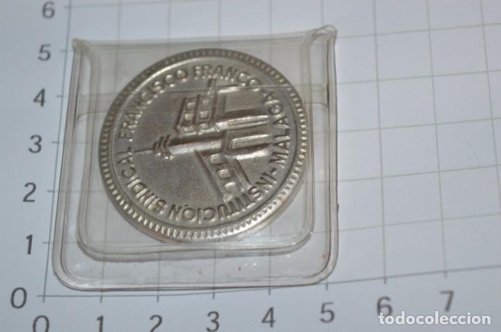 Trofeos y medallas: Moneda - XXV Años Formación Profesional 1948/1973 - Institución Sindical FRANCISCO FRANCO Málaga - Foto 5 - 265367119