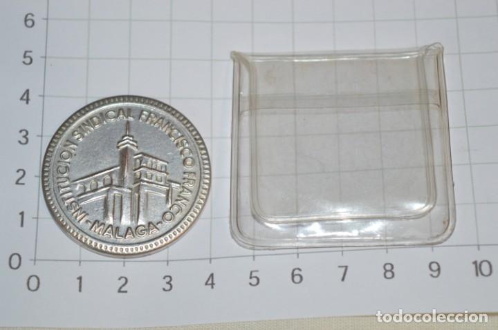 Trofeos y medallas: Moneda - XXV Años Formación Profesional 1948/1973 - Institución Sindical FRANCISCO FRANCO Málaga - Foto 4 - 265367119