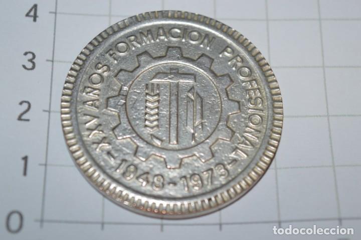 Trofeos y medallas: Moneda - XXV Años Formación Profesional 1948/1973 - Institución Sindical FRANCISCO FRANCO Málaga - Foto 2 - 265367119