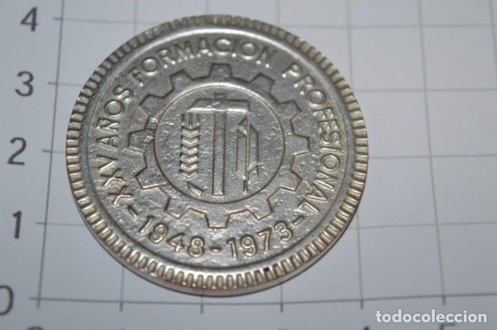 Trofeos y medallas: Moneda - XXV Años Formación Profesional 1948/1973 - Institución Sindical FRANCISCO FRANCO Málaga - Foto 3 - 265367119