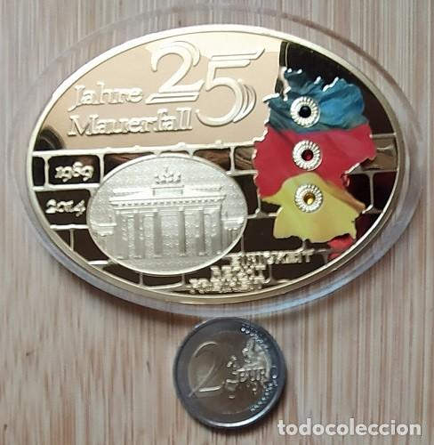 Trofeos y medallas: ALEMANIA - 25 AÑOS LA CAÍDA DEL MURO DE BERLIN, MEDALLA GIGANTE, ÓVALO, PROOF - DORADO CON SWAROVSKI - Foto 3 - 199981358