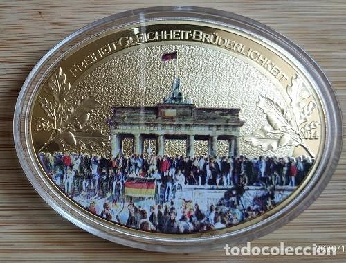 Trofeos y medallas: ALEMANIA - 25 AÑOS LA CAÍDA DEL MURO DE BERLIN, MEDALLA GIGANTE, ÓVALO, PROOF - DORADO CON SWAROVSKI - Foto 4 - 199981358