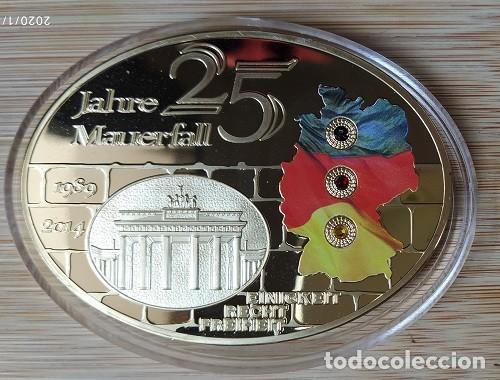 ALEMANIA - 25 AÑOS LA CAÍDA DEL MURO DE BERLIN, MEDALLA GIGANTE, ÓVALO, PROOF - DORADO CON SWAROVSKI (Numismática - Medallería - Trofeos y Conmemorativas)