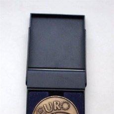 Trofeos y medallas: MEDALLA CON SU ESTUCHE. 10 ANIVERSARIO. PLANES DE PENSIONES POPULAR. 1998. Lote 207374536