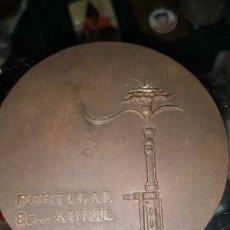 Trofeos y medallas: MEDALLA PORTUGAL 25 DE ABRIL. .REVOLUCION DE LOS CLAVELES 1974. BRONCE..70 MM. . 147, 6 GR. Lote 208866527