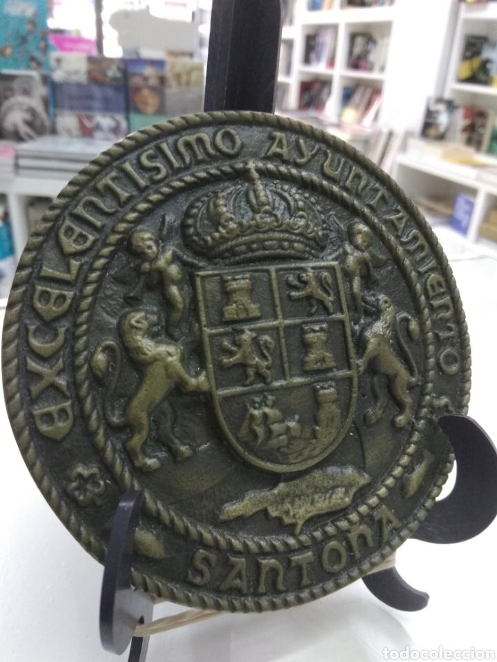 Trofeos y medallas: ANTIGUO MEDALLON EXCELENTÍSIMO AYUNTAMIENTO DE SANTOÑA BRONCE 12 cm Escudo Cantabria Mar - Foto 2 - 209661205