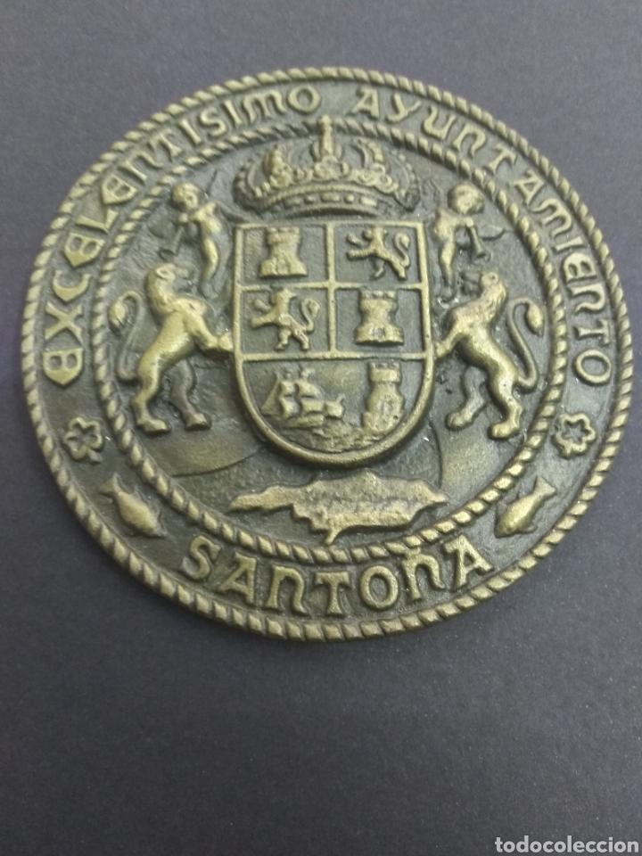 ANTIGUO MEDALLON EXCELENTÍSIMO AYUNTAMIENTO DE SANTOÑA BRONCE 12 CM ESCUDO CANTABRIA MAR (Numismática - Medallería - Trofeos y Conmemorativas)