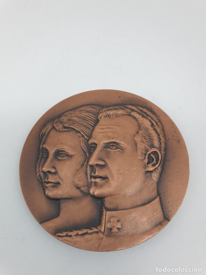 MEDALLA PRIMERA VISITA DE LOS REYES DE ESPAÑA A CATALUNYA, 1976 ( SIN ESTUCHE ) (Numismática - Medallería - Trofeos y Conmemorativas)