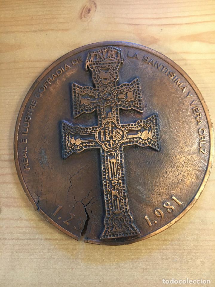 MEDALLÓN METAL BRONCE DE COFRADIA DE LA CRUZ DE CARAVACA. (Numismática - Medallería - Trofeos y Conmemorativas)