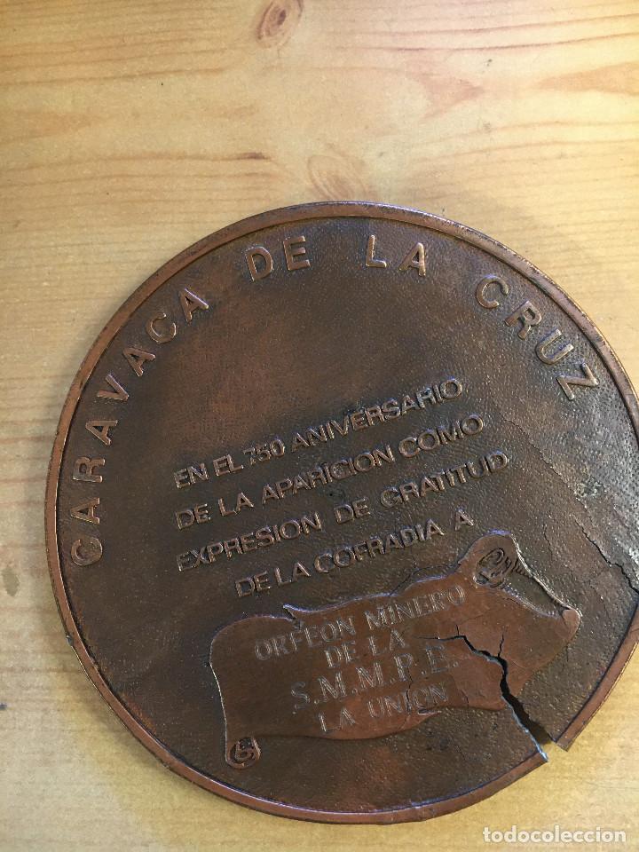 Trofeos y medallas: MEDALLÓN METAL BRONCE DE COFRADIA DE LA CRUZ DE CARAVACA. - Foto 2 - 214552568