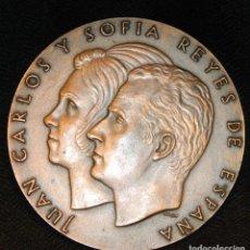 Trofeos y medallas: MEDALLA BRONCE PROCLAMACIÓN DE LOS REYES JUAN CARLOS I Y SOFÍA. 22 NOVIEMBRE DE 1975. Lote 215054912