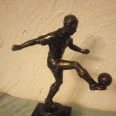 Trofeos y medallas: ANTIGUO TROFEO DE BRONCE DE FUTBOLISTA BIETRY JEAN MEMBRE FONDATEUR FC SOYHIÈRES 1949-1969.. Lote 215975050