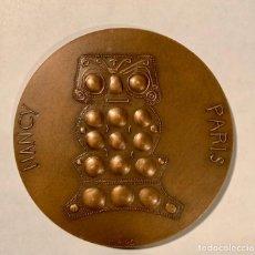 """Trofeos y medallas: MEDALLA """"CENTENAIRE DES CONGRES INTERNATIONAUX D'AMERICANISTES"""". PARIS 1976. AUTOR M. RIPS FIRMADA. Lote 219239432"""