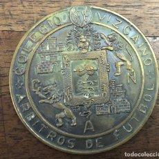 Trofeos y medallas: MEDALLA COLEGIO VIZCAINO ARBITROS DE FUTBOL. BODAS DE ORO 1915-1966. Lote 222628117