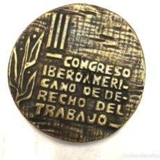 Trofeos y medallas: MEDALLA III CONGRESO IBEROAMERICANO DE DERECHO DEL TRABAJO. SEVILLA 1970. Lote 222661301