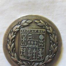 Trofeos y medallas: MEDALLA CON ESCUDO EUSKAL ERRIA - ZAZPIAK BAT. Lote 233159060