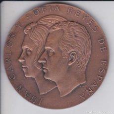 Trofeos y medallas: MEDALLA DE JUAN CARLOS Y SOFIA REYES DE ESPAÑA - 22 DE NOVIEMBRE 1975 DIAMETRO 8 CM.. Lote 236017245