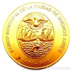 Trofeos y medallas: MEDALLA PLACA 90 ANOS BANCO CIUDAD 1968 69X4MM. Lote 244395330