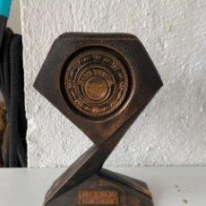 Trofeos y medallas: ESCULTURA BRONCE PREMIO TROFEO ORIGINAL LAUREL DE ORO 1997 RADIO TURISMO PREMIO COMUNICACION TROFEO. Lote 245562480