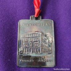Trofeos y medallas: MEDALLA DEL INSTITUTO CORAZONISTAS DE VITORIA - GASTEIZ. BODAS DE ORO. EX ALUMNO. METAL PLATEADO.. Lote 246909460