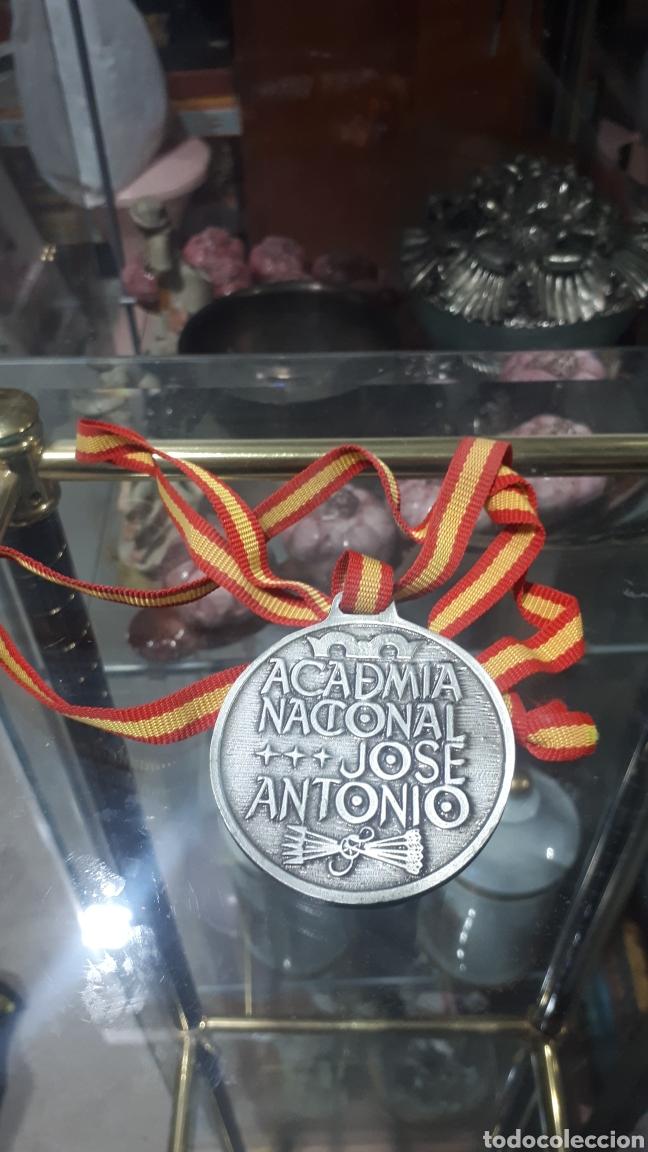 Trofeos y medallas: Curiosa medalla conmemorativa ACADEMIA JOSE ANTONIO 1945 - 1995 - Foto 2 - 251549805