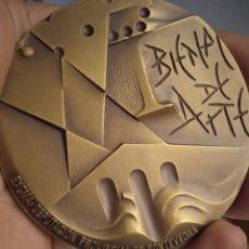 Trofeos y medallas: MEDALLÓN BRONCE BIENAL DE ARTE PONTEVEDRA FIRMADA XUXO VAZQUEZ. Lote 261623350