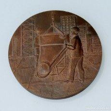 Trofeos y medallas: MEDALLA SIN REFERENCIA. EN RELIEVE ALBAÑILES EN LA OBRA. Lote 261810060