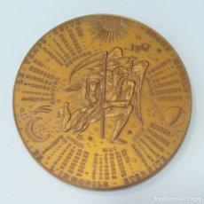 Trofeos y medallas: MEDALLA CONMEMORATIVA. CALENDARIO 1967. ASTRONOMIA. Lote 261822285