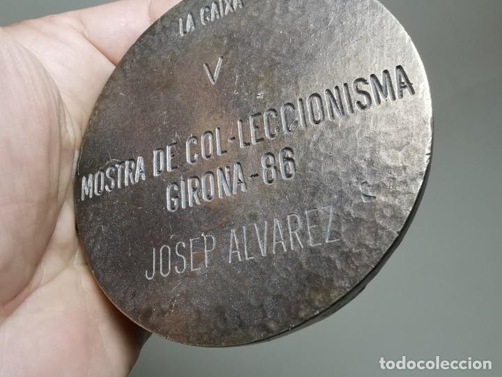 Trofeos y medallas: GRAN MEDALLON MEDALLA BRONCE 225 GRAMOS PESO-LA CAIXA V MOSTRA COL.LECCIONISTA GIRONA 1986-CARMANIU - Foto 14 - 262265445