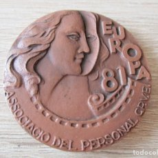 Trofeos y medallas: MEDALLA EUROPA 81. ASSOCIACIO DEL PERSONAL C.P.V.E. ESCULTOR RAMON FERRAN (REUS) FIRMADO:RF.. Lote 287127263