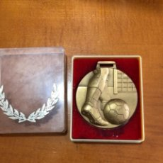 Trofeos y medallas: ANTIGUA MEDALLA DE BRONCE FÚTBOL AÑOS 70. Lote 289789773