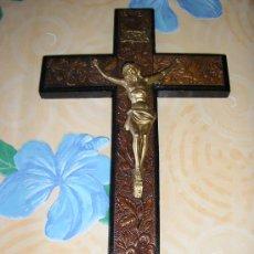 Varios objetos de Arte: ANTIGUO CRUCIFIJO MADERA TALLADA-CRISTO METALICO. Lote 26488979