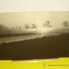 Varios objetos de Arte: PORTARETRATO DE BRONCE CON FOTO DE LISBOA. Lote 14905468